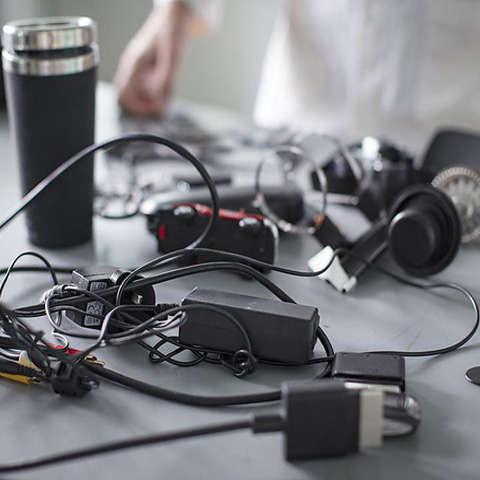 Cảnh báo vật dụng làm từ nhựa đen có thể chứa kim loại nặng
