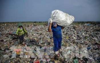 rác thải nhựa tại một bãi rác ở Tây Java